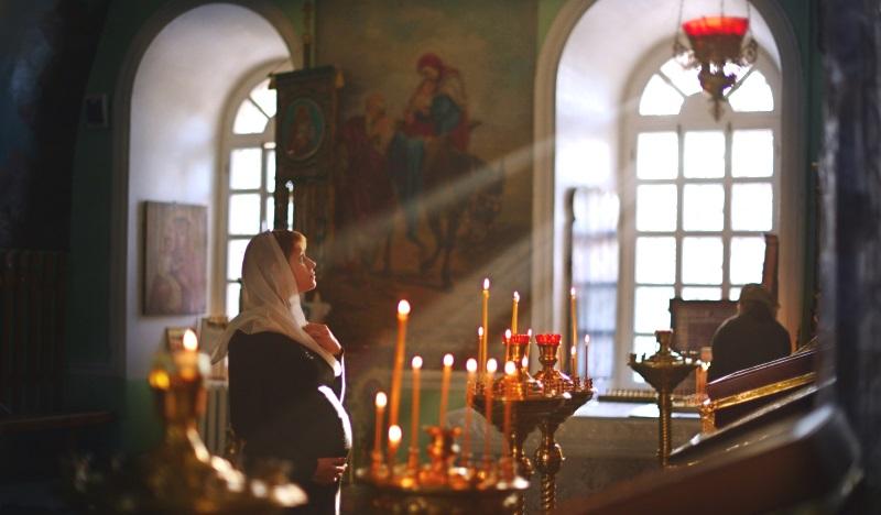 Беременная женщина в храме