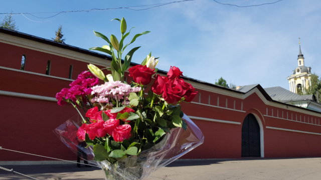 Цветы к мощам блаженной Матронушки