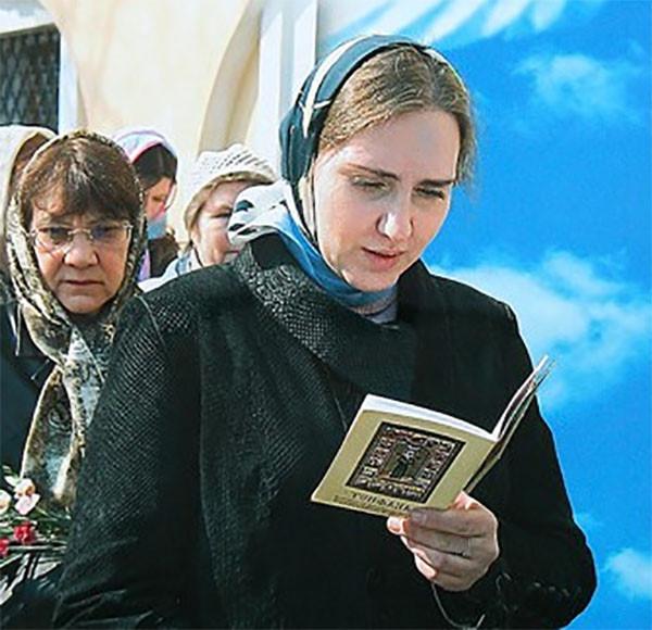 Девушка читает Акафист Матроне Московской