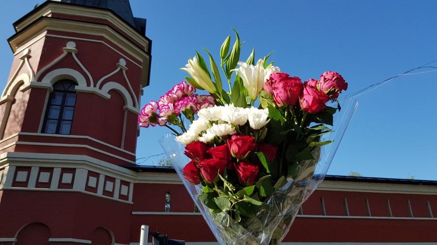 Гвоздики, розы, хризантемы святой Матроне