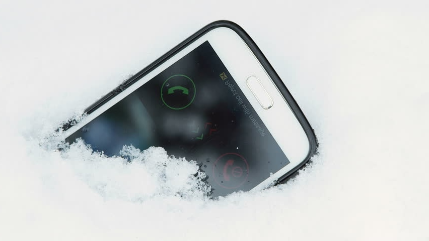 Потерянный телефон в снегу