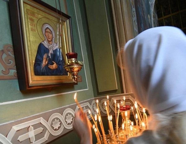 У иконы блаженной Матроны Московской в храме