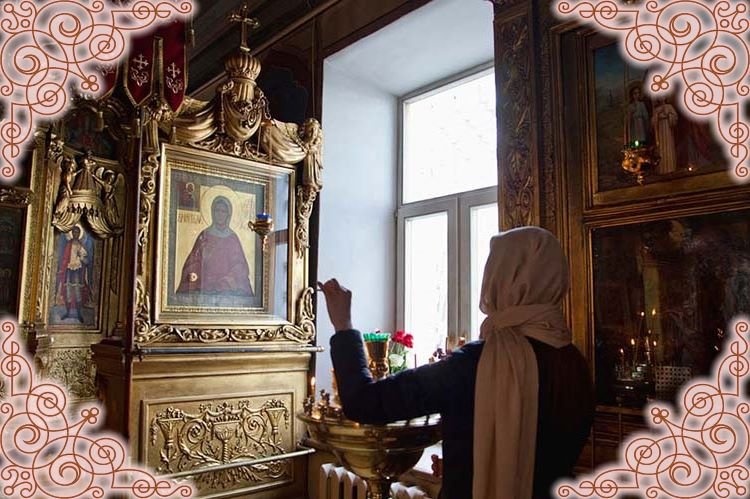 У иконы святой блаженной Матроны Московской в храме