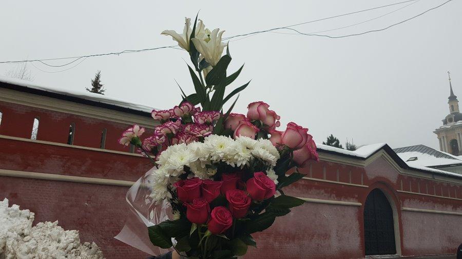 Гвоздики, розы и хризантемы к мощам святой Матроны