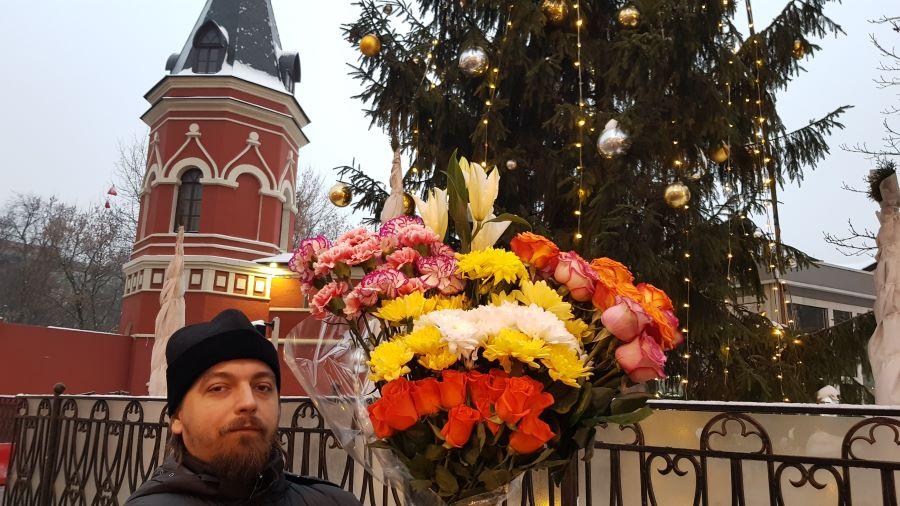 Отец Димитрий с цветами для святой Матронушки