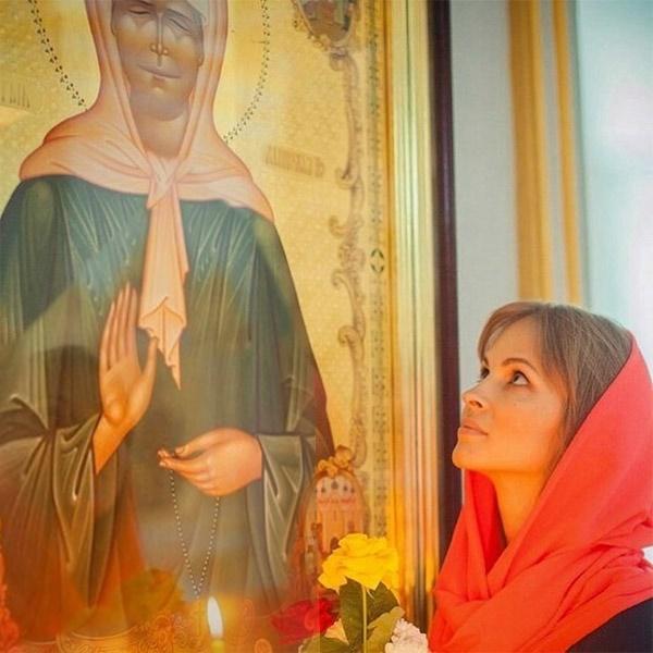 У иконы блаженной Матроны Московской