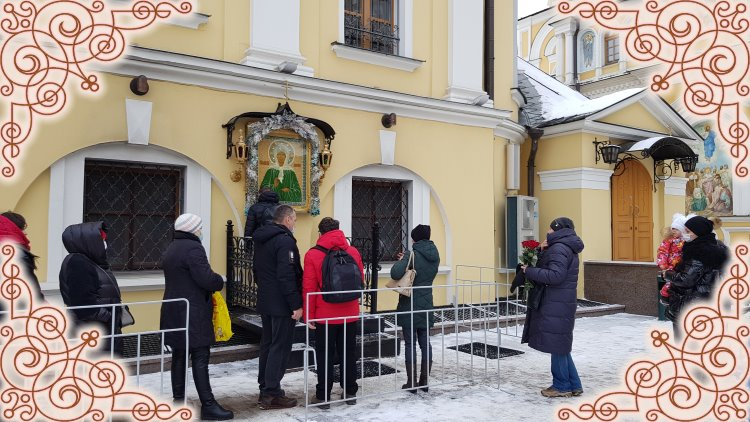 Пред иконой святой Матроны Московской