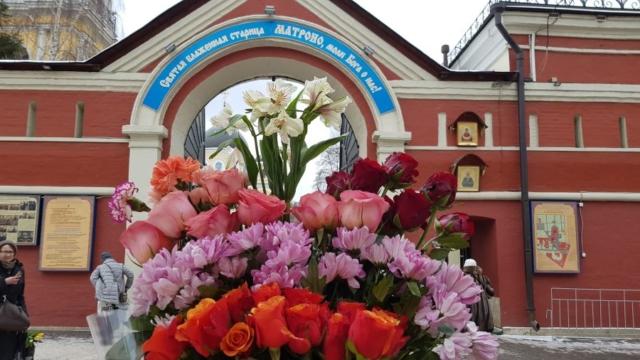 Пред святыми вратами с цветами