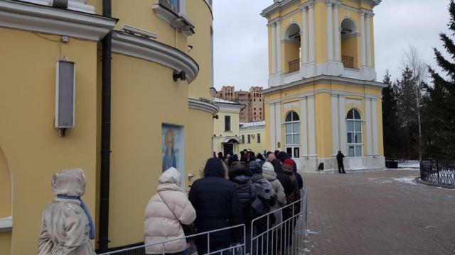 Очередь вокруг Покровского храма