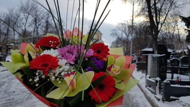 Цветы к могилке блаженной Матроны