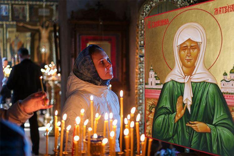 Женщина в храме у иконы святой Матроны