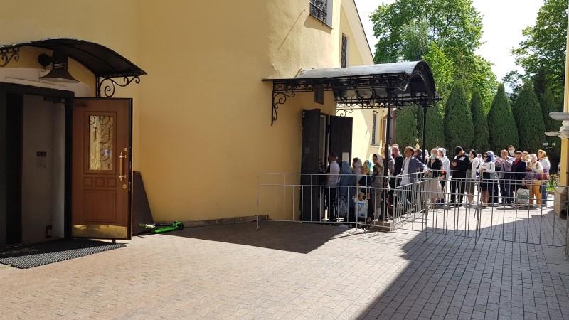 Вход в Покровский храм к мощам блаженной Матронушки