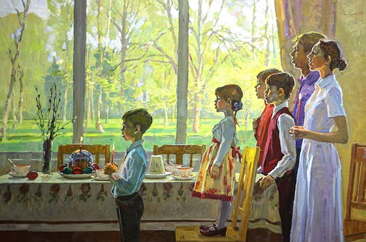 Семья молится за пасхальным столом