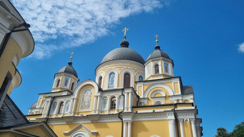 Воскресенский собор на фоне летнего неба