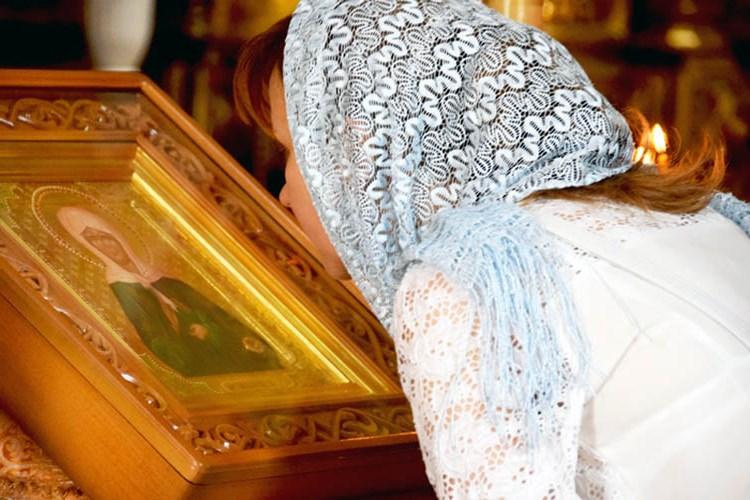 У иконы святой блаженной Матроны