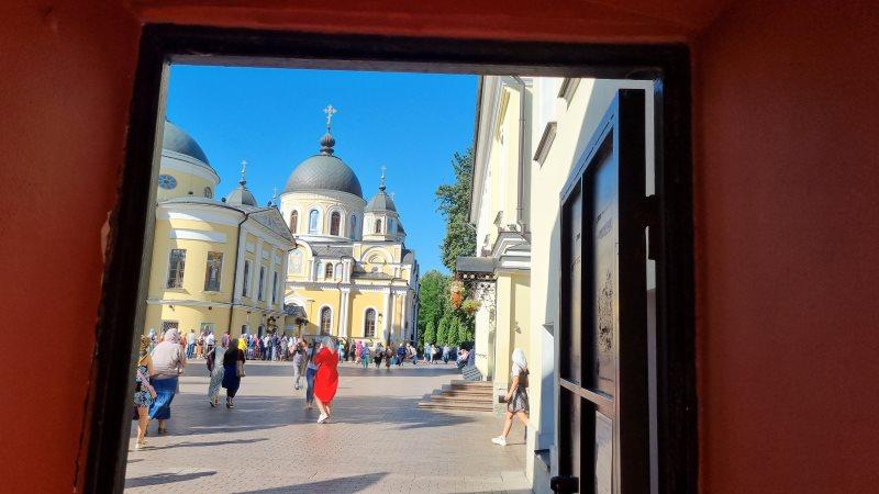 Вход в Покровский монастырь